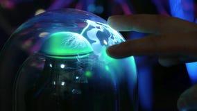 Groene abstracte elektrische bliksem in een glasfles Als een plasmabal De man raakt zijn vingers van bliksem stock video