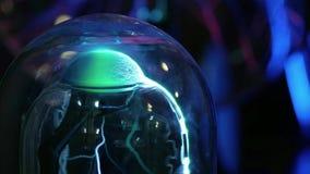 Groene abstracte elektrische bliksem in een glasfles Als een plasmabal Transmissie van elektrische energie door stock video