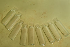 Groene achtergrond met bruine vlekken, oud document met een lege helft-cirkel van de glasfles aan het recht en hieronder Royalty-vrije Stock Foto's