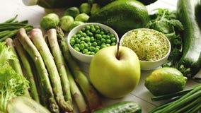 Groene anti-oxyderende organische groenten, vruchten en kruiden stock video