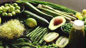 Groene anti-oxyderende organische groenten, vruchten en kruiden stock footage