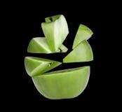 Groene appel die op stukken en plakken wordt gesneden. stock foto