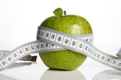 Groene appel en het meten van band stock foto