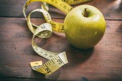 Groene appel en het meten van band stock foto's