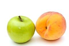 Groene appel en perzik. Royalty-vrije Stock Fotografie