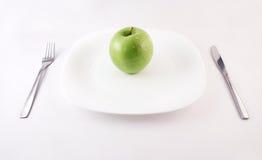 Groene appel op een plaat stock foto