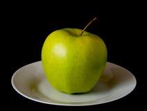 Groene appel op een plaat royalty-vrije stock afbeeldingen