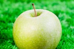 Groene appel op gras dichte omhooggaand Stock Foto's
