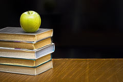 Groene appel op het boek. Bord met teken. Royalty-vrije Stock Foto's