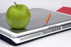Groene appel op laptop Royalty-vrije Stock Afbeeldingen