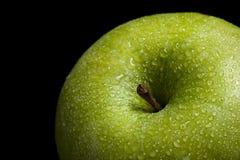Groene appel op zwarte achtergrond stock afbeelding