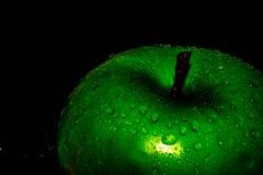 Groene appel op zwarte achtergrond stock foto's