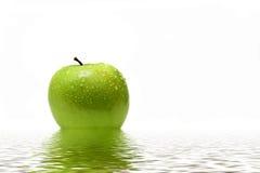 Groene appel in water Royalty-vrije Stock Afbeelding