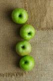 Groene appelen in een rij Stock Foto's