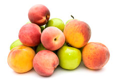 Groene appelen en perziken. Stock Afbeeldingen