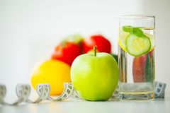 Groene appelen, glaswater met muntbladeren, citroen en komkommer, Royalty-vrije Stock Foto's