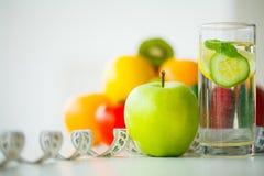Groene appelen, glaswater met muntbladeren, citroen en komkommer, Stock Afbeeldingen