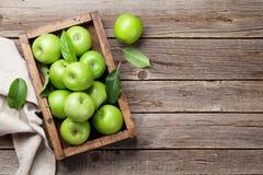 Groene appelen in houten doos royalty-vrije stock afbeelding
