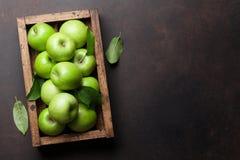 Groene appelen in houten doos stock foto's