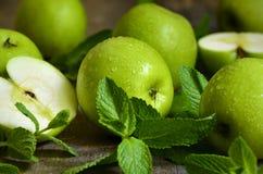 Groene appelen met muntbladeren royalty-vrije stock foto's