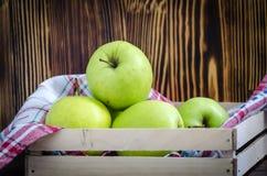 Groene appelen op de lijst royalty-vrije stock foto's