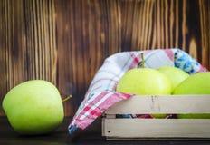 Groene appelen op de lijst stock foto