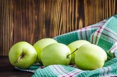 Groene appelen op de lijst royalty-vrije stock afbeelding