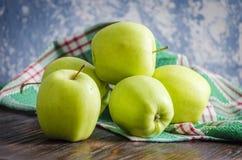 Groene appelen op de lijst stock afbeelding