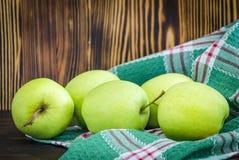 Groene appelen op de lijst royalty-vrije stock fotografie