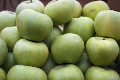 Groene appelen op de lokale markt Stock Foto's