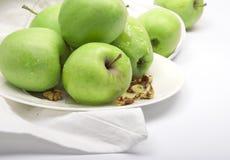 Groene appelen op een porseleinplaat Royalty-vrije Stock Foto's