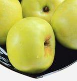Groene appelen op een zwarte plaat Royalty-vrije Stock Afbeelding