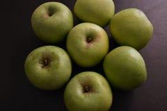 Groene appelen op zwarte achtergrond stock foto's