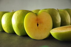 Groene appelen in rij Royalty-vrije Stock Fotografie