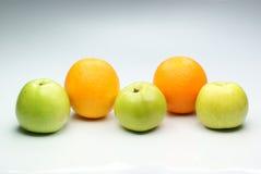 Groene appless en sinaasappelen. royalty-vrije stock foto's