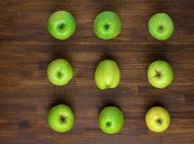 Groene appples op donkere houten achtergrond Hoogste mening Stock Foto's