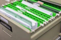 Groene archiefkasten en dossierkabinetten in het bureau royalty-vrije stock afbeeldingen
