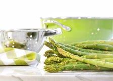 Groene asperge op marmeren lijst Stock Afbeelding