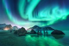 Groene aurora borealis en mensen Noordelijke lichten royalty-vrije stock foto's