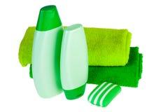 Groene badstofhanddoeken, zeep en shampoo Royalty-vrije Stock Foto's