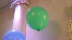 Groene baloon op het plafond De partijballon van kinderen Feestelijke groene baloon bij de partij Baloon stock footage