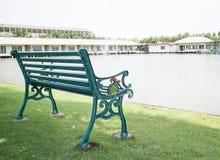 Groene bank in het park Stock Foto