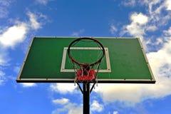 Groene basketbalhoepel met een net Stock Foto's