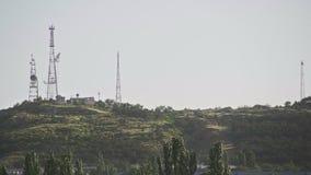 Groene berg in de afstand met televisieantennes stock video