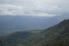 Groene bergen en witte hemel Stock Foto's