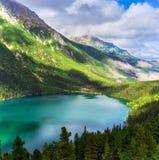 Groene bergen met meer Stock Afbeeldingen