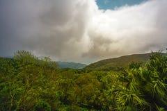 Groene bewolkte heuvels Stock Afbeelding