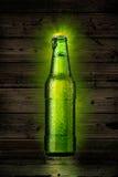 Groene bierfles Stock Afbeeldingen