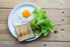 Groene bladgroenten met eieren en brood stock foto's
