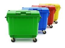 Groene, blauwe, rode en gele huisvuilcontainers Stock Foto's